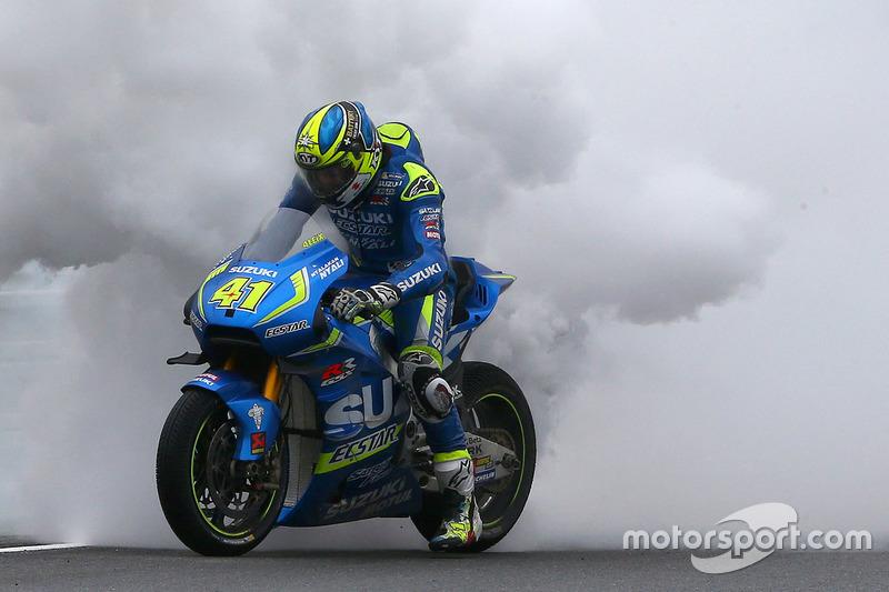 Aleix Espargaro, Team Suzuki MotoGP con la moto en fuego