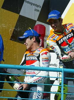 Podio: ganador de la carrera Tohru Ukawa, segundo lugar Valentino Rossi