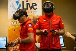 Члены команды ABT Schaeffler Audi Sport тестируют шлем виртуальной реальности