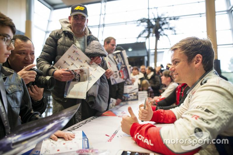 Tom Chilton, Sébastien Loeb Racing, Citroën C-Elysée WTCC signs autographs