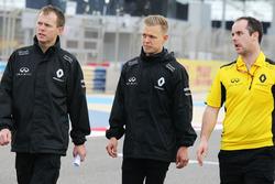 Kevin Magnussen, Renault Sport F1 Team maakt wandeling op het circuit met het team