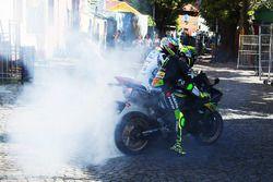 Yonny Hernandez, Aspar Racing Team, Pol Espargaro, Monster Yamaha Tech 3 si esibiscono con dei burnouts su strade pubbliche
