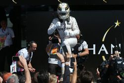 Le vainqueur Lewis Hamilton, Mercedes AMG F1 W07 Hybrid fête sa victoire