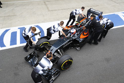 Jenson Button, McLaren MP4-31 in the pits