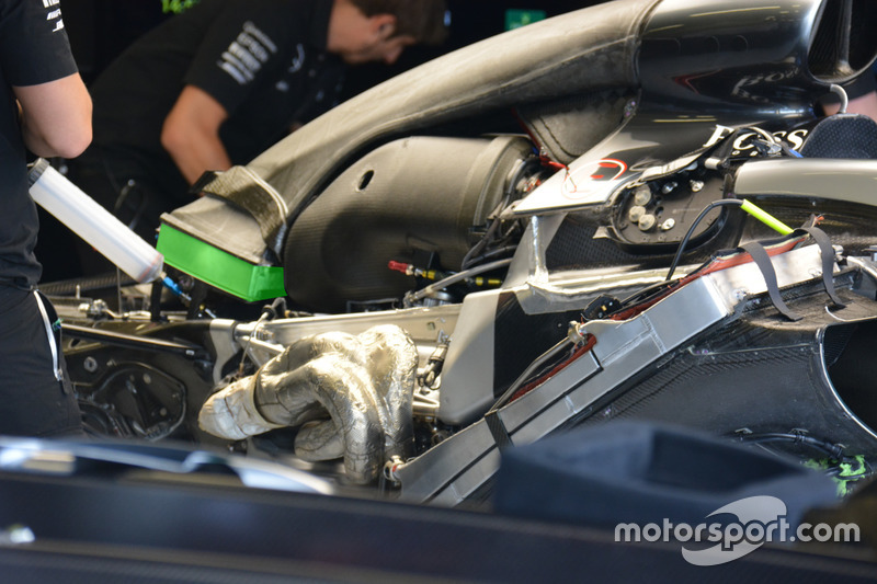 Mercedes, abultamiento de la cubierta de motor