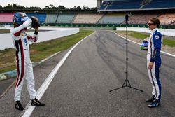 Alexander Albon, ART Grand Prix prend une photo de Matthew Parry, Koiranen GP