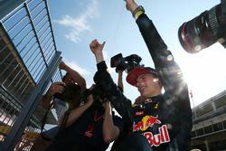 Le vainqueur Max Verstappen, Red Bull Racing fête sa victoire avec les fans