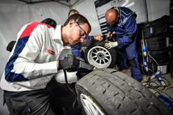 Tecnici Peugeot Sport Italia a lavoro sulle gomme