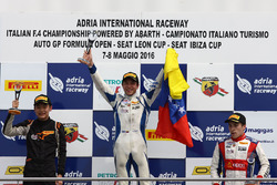 Podio carrera 4: ganador Mauricio Baiz, Mücke Motorsport, segundo lugar Ye Yifei, Mücke Motorsport,