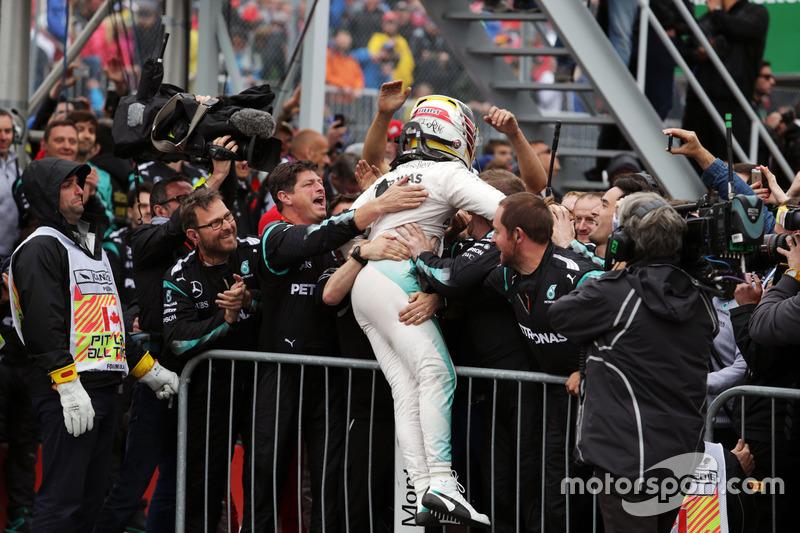 Переможець гонки Льюїс Хемілтон, Mercedes AMG F1 W07 Hybrid, святкує в закритому парку
