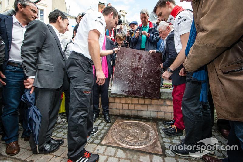 Церемонія відбитків долонь: переможці 24-х годин Ле-Мана 2015 року НІк Тенді та Ерл Бамбер, Porsche