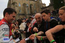 Loic Duval gibt Autogramme