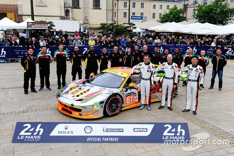 #61 Clearwater Racing Ferrari 458 Italia: Мок Вен Сун, Роб Белл, Кейта Сава