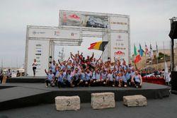 Ganadores Thierry Neuville, Nicolas Gilsoul, Hyundai i20 WRC, Hyundai Motorsport con el equipo