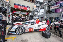 Pit stop per la #5 Toyota Racing Toyota TS050 Hybrid: Anthony Davidson, Sébastien Buemi, Kazuki Nakajima