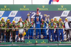 Подіум LMP2: переможці - #36 Signatech Alpine A460: Густаво Менезес, Ніколя Лап'єрр, Стефан РІшельмі