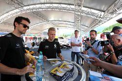 Jolyon Palmer, Renault Sport F1 Team y Kevin Magnussen, Renault Sport F1 Team