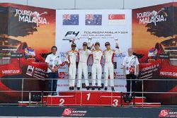 Podium: ganador, Jordan Love, segundo, Faine Kahia, tercero, Danial Nielsen Frost y el mejor novato