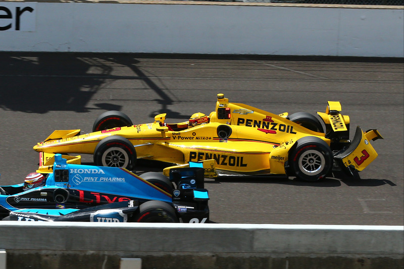 Tour 161 - J.R. Hildebrand touche Helio Castroneves