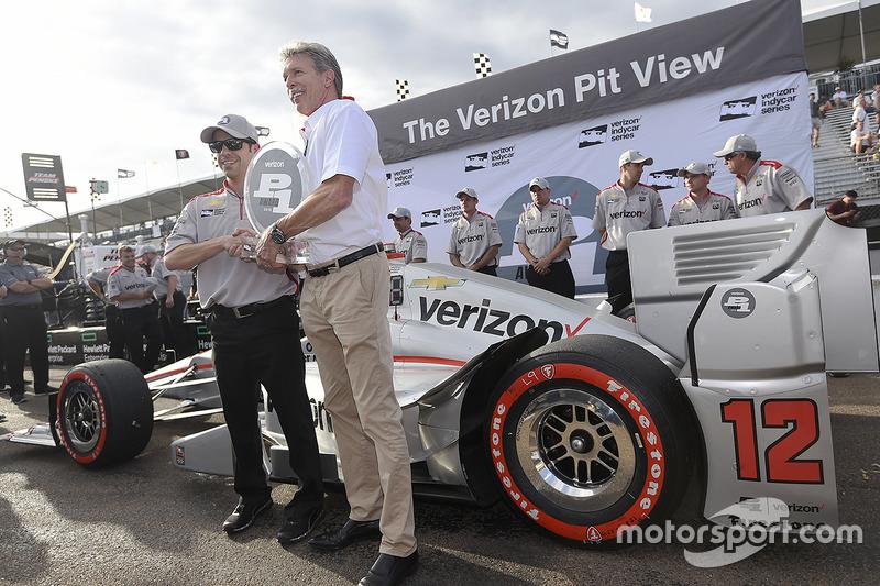 Les représentants de la Team Penske avec la récompense pour la pole