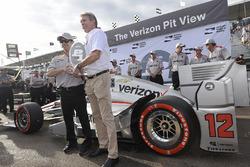 Представники Team Penske отримують нагороду за поул