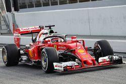 Kimi Raikkonen, Ferrari SF16-H, in pista con l'halo