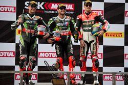Podium : le deuxième, Jonathan Rea, Kawasaki Racing Team, le vainqueur Tom Sykes, Kawasaki Racing Team et le troisième, Chaz Davies, Aruba.it Racing - Ducati Team