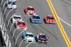 Danica Patrick, Stewart-Haas Racing Chevrolet et Austin Dillon, Richard Childress Racing Chevrolet, mènent la meute