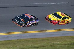 Denny Hamlin, Joe G ibbs Racing Toyota, et Joey Logano, Team Penske Ford