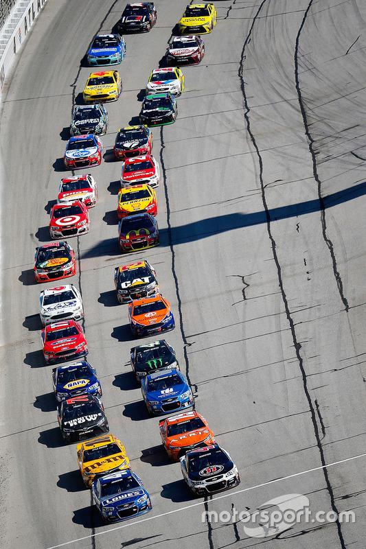 Restart: Jimmie Johnson, Hendrick Motorsports Chevrolet, Kevin Harvick, Stewart-Haas Racing Chevrolet vooraan