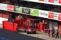 Kimi Räikkönen, Ferrari SF16-H in the pits