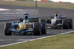 Giancarlo Fisichella, Renault R25, lidera a Kimi Raikkonen, McLaren Mercedes MP4-20