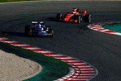 Marcus Ericsson, Sauber C36, devant Fernando Alonso, McLaren MCL32