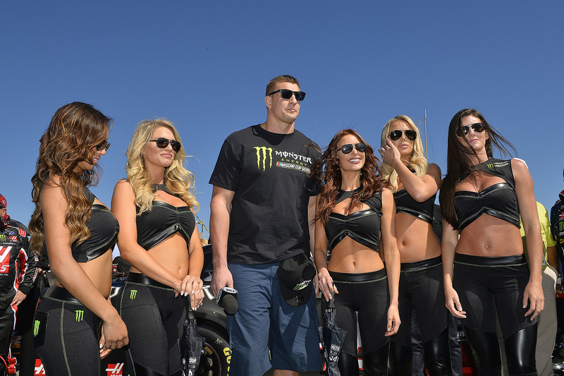 Rob Gronkowski, Football-Spieler, mit den Monster-Girls