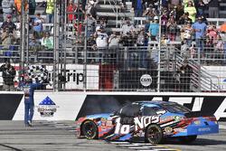 Kyle Busch, Joe Gibbs Racing Toyota celebra con un burnout