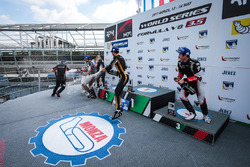 Подиум: победитель Рене Биндер, Lotus, второе место – Рой Ниссани, RP Motorsport, третье место – Ю К