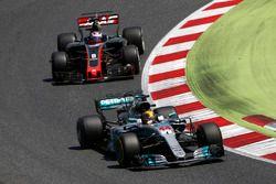 Lewis Hamilton, Mercedes AMG F1 W08, Romain Grosjean, Haas F1 Team VF-17