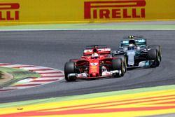 Sebastian Vettel, Ferrari SF70H; Valtteri Bottas, Mercedes AMG F1 W08