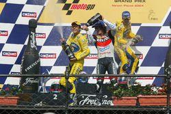 Podio: il vincitore della gara Makoto Tamada, Honda, il secondo classificato Max Biaggi, Honda,il te