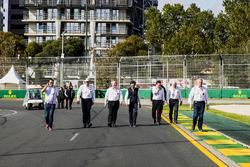 Les officiels de la FIA, dont Derek Warwick, Charlie Whiting, directeur de course FIA et Laurent Mekies directeur de course adjoint FIA, inspectent le circuit
