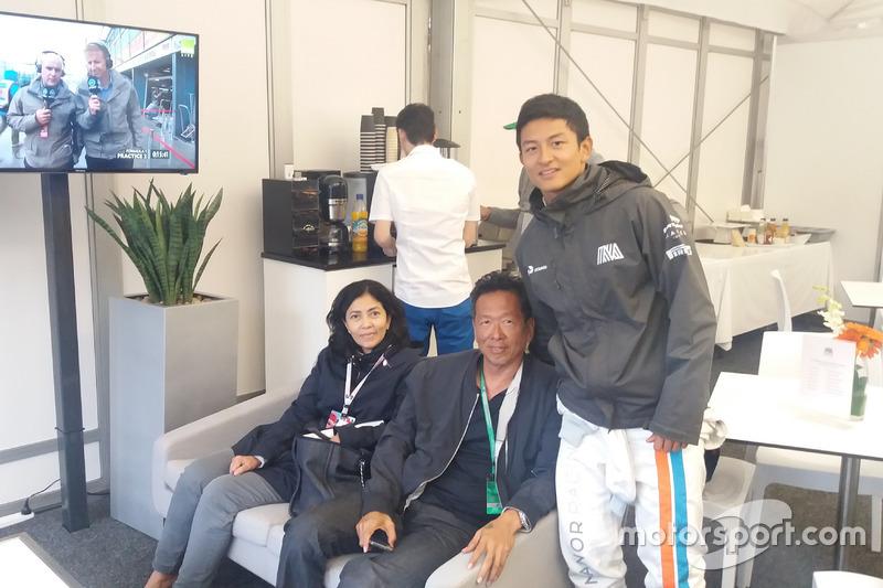 Rio Haryanto bersama kedua orangtuanya, Indah Pennywati dan Sinyo Haryanto