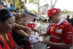 Kimi Raikkonen, Ferrari, signe des autographes aux fans