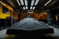 Автомобиль Renault Sport F1 Team RS17 под покрывалом