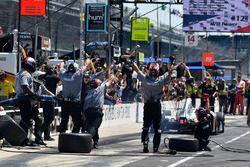 Will Power, Team Penske Chevrolet crew members celebrate the win