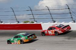 Kevin Harvick, Stewart-Haas Racing Ford, Denny Hamlin, Joe Gibbs Racing Toyota