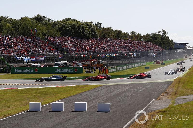 Valtteri Bottas, Mercedes AMG F1 W08, Kimi Raikkonen, Ferrari SF70H, Sebastian Vettel, Ferrari SF70H, at the start