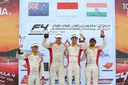 Podium Race 5: Pemenang balapan, Presley Martono; peringkat kedua, Faine Kahia; peringkat ketiga, Akash Gowda