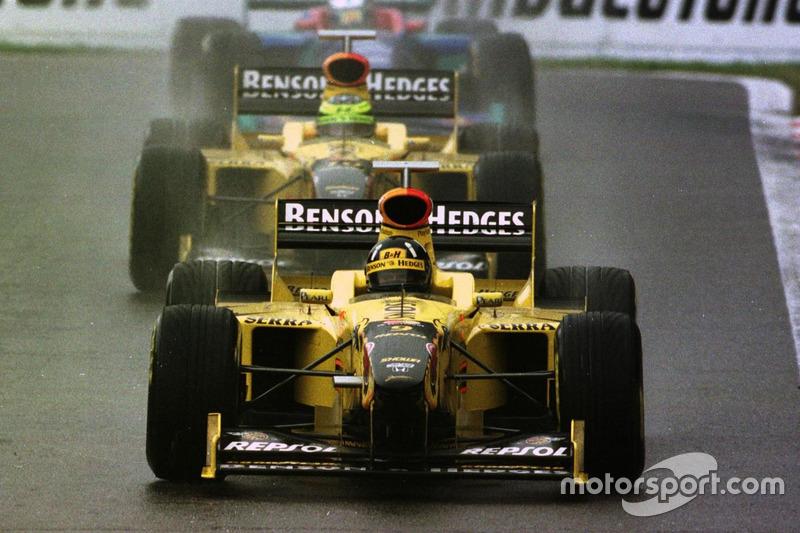 Damon Hill, Jordan 198 Mugen-Honda devant Ralf Schumacher, Jordan 198 Mugen-Honda et Jean Alesi, Sauber C17-Petronas