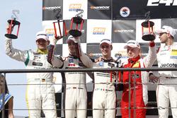 Podium: de coureurs van de als tweede gefinishte #12 Manthey Racing Porsche 991 GT3 R: Otto Klohs, S