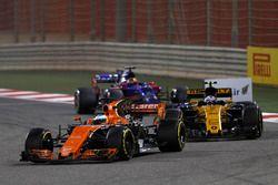 Fernando Alonso, McLaren MCL32, devant Jolyon Palmer, Renault Sport F1 Team RS17, et Daniil Kvyat, Scuderia Toro Rosso STR12